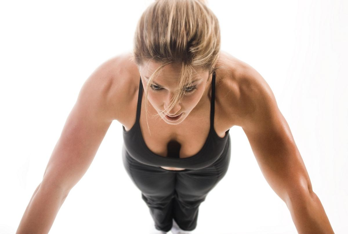 Топ-10 видео-тренировок на мышцы груди для девушек