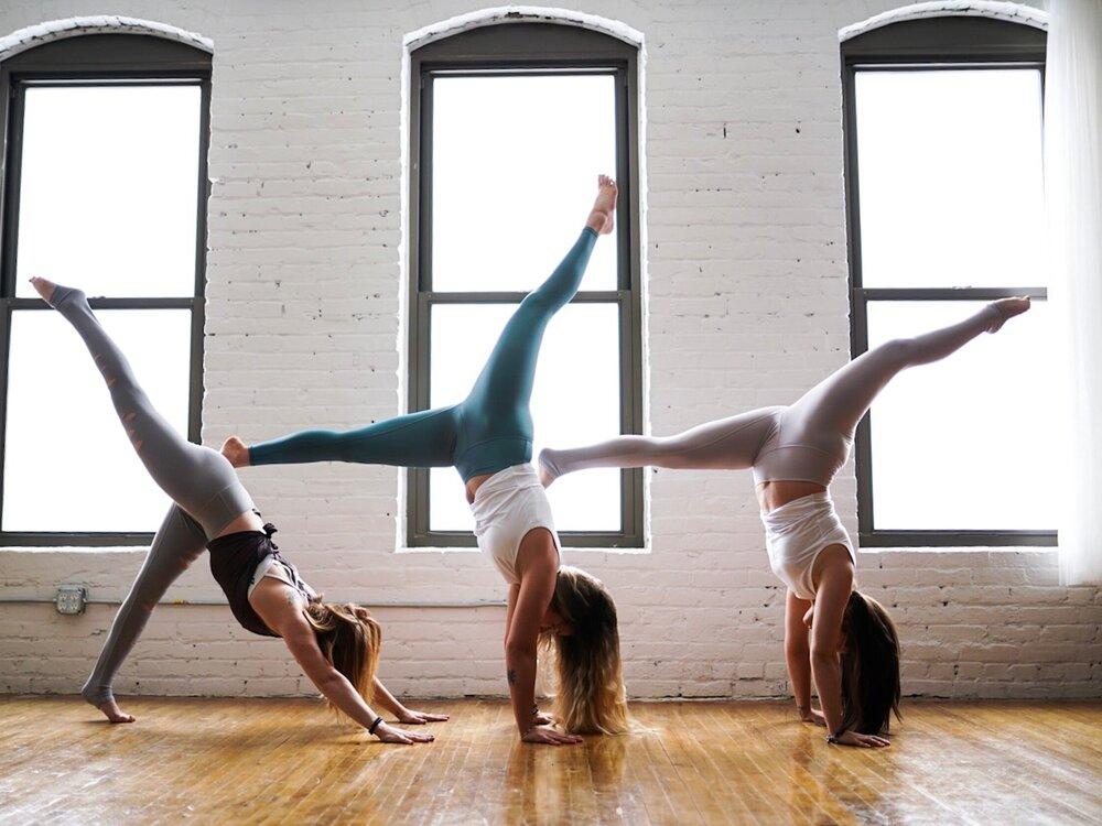 Утренняя йога для начинающих: комплекс упражнений – yogaveda.ru