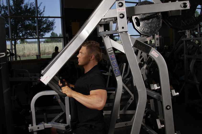 Горизонтальная рычажная тяга в тренажере, который еще называют хаммер, эффективно развивает широчайшие мышцы спины Техника упражнения и секреты тренировки