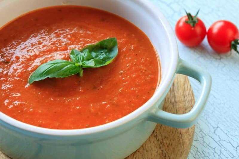 Мексиканский острый суп с сыром и чипсами