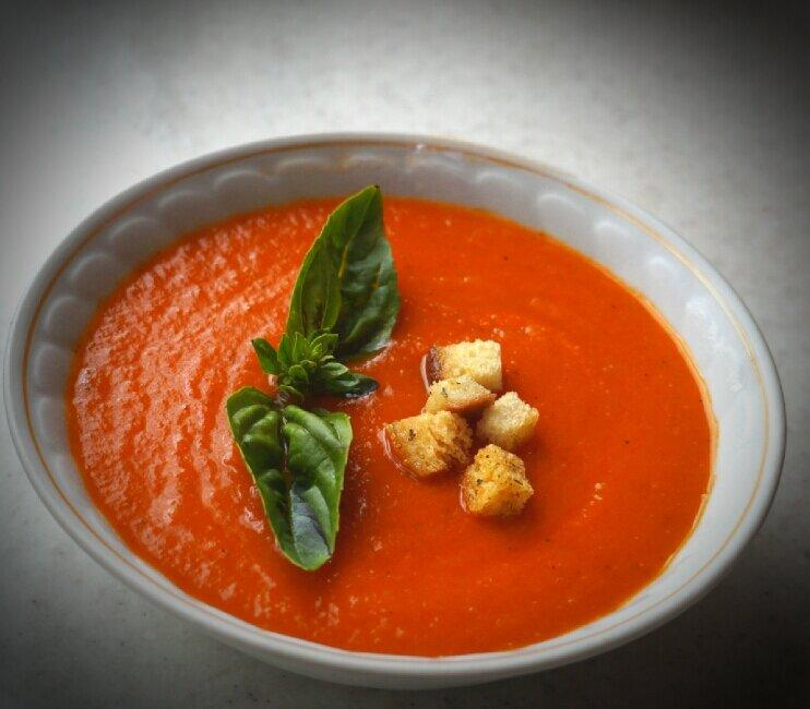 Томатный суп с морским коктейлем