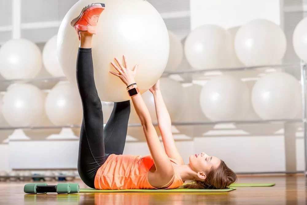 Комплекс упражнений на фитболе для функциональной тренировки разных мышечных групп Польза и виды занятий с мячом для фитнеса и домашней гимнастики