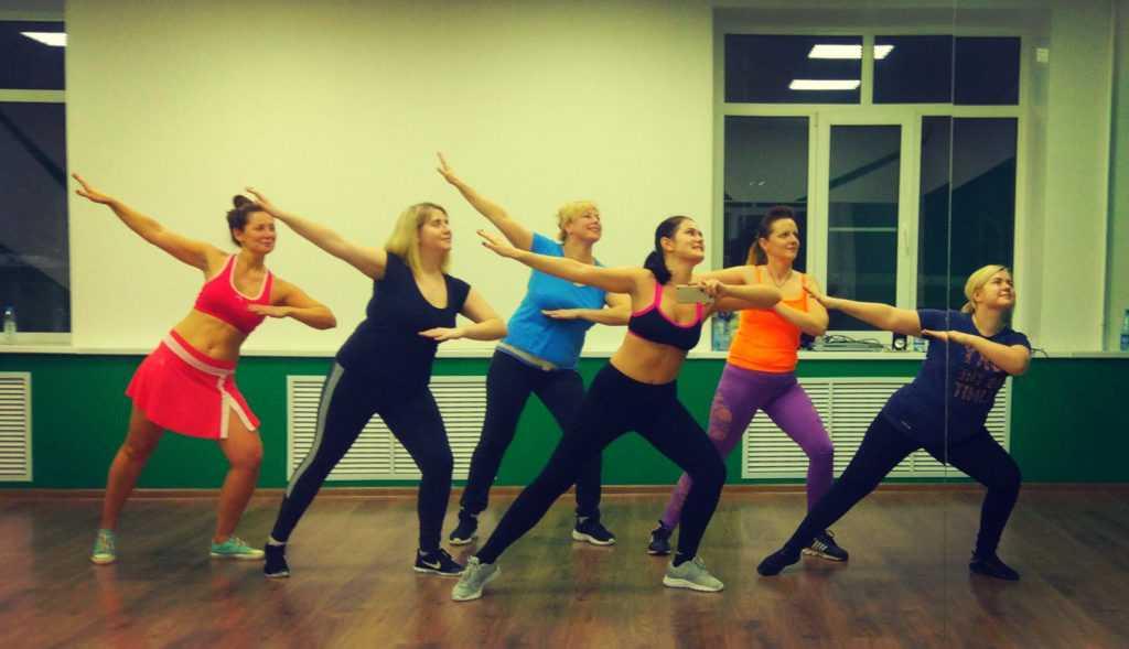 Что такое зумба-фитнес - уроки танцев для начинающих и базовые движения с видео