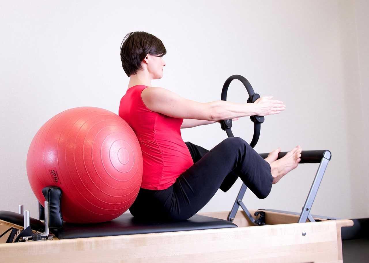 Фитнес для беременных по триместрам. можно ли заниматься спортом беременным и гимнастика в домашних условиях