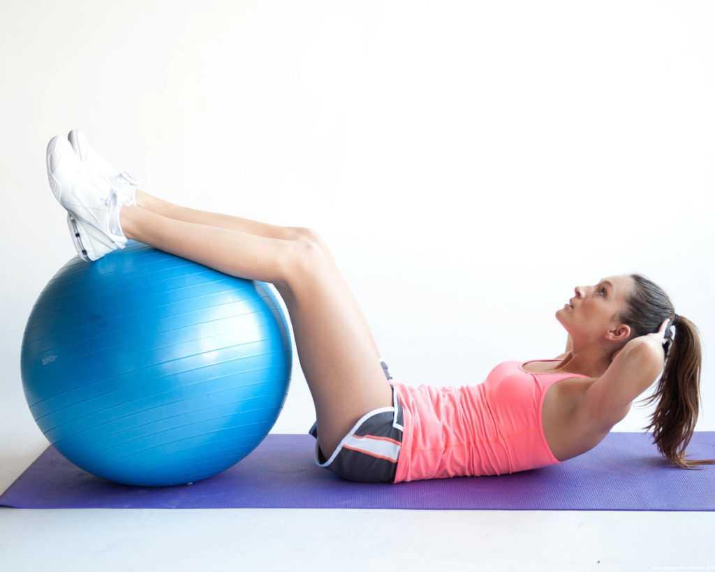Упражнения на фитболе: 125 фото рекомендаций для занятий дома и в зале