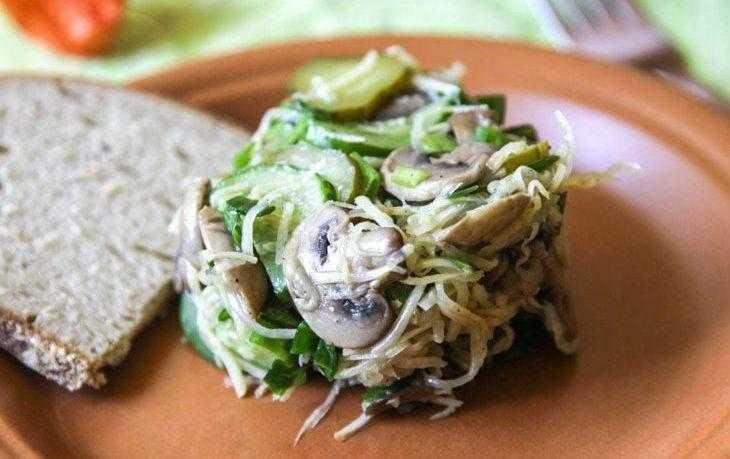 Рецепт приготовления простого и вкусного салата с сельдереем и яблоком