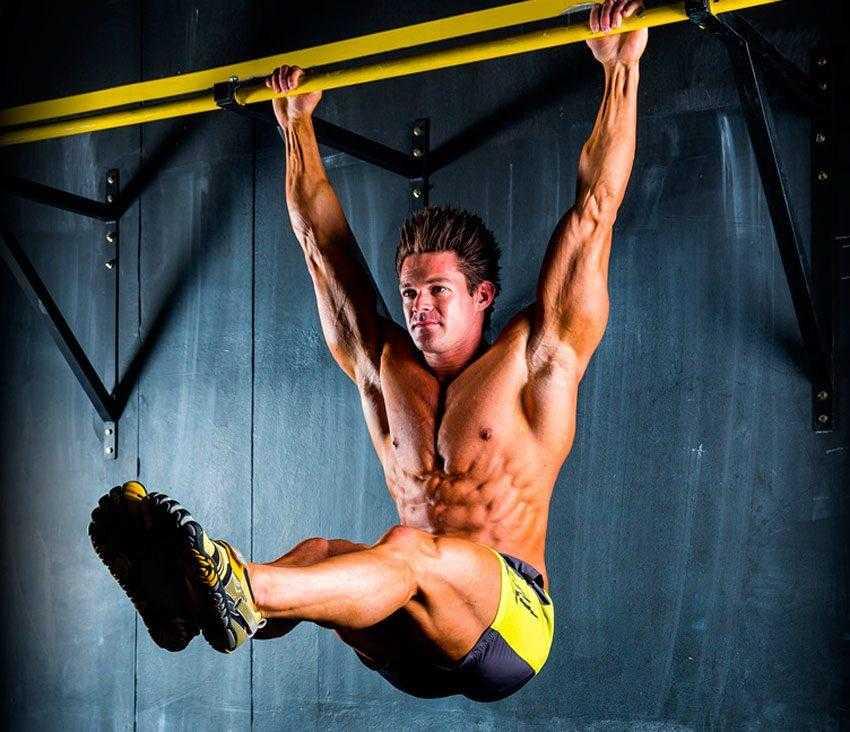 Пресс на брусьях – варианты упражнений для мышц живота