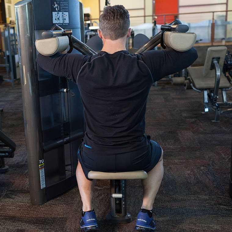 Как правильно делать разведение гантелей стоя на плечи— техника разводки рук в стороны и 5 ошибок