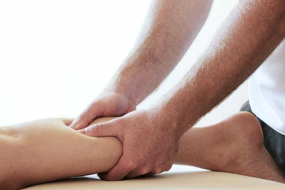 Первая помощь при судорогах в ногах и методы лечения в домашних условиях