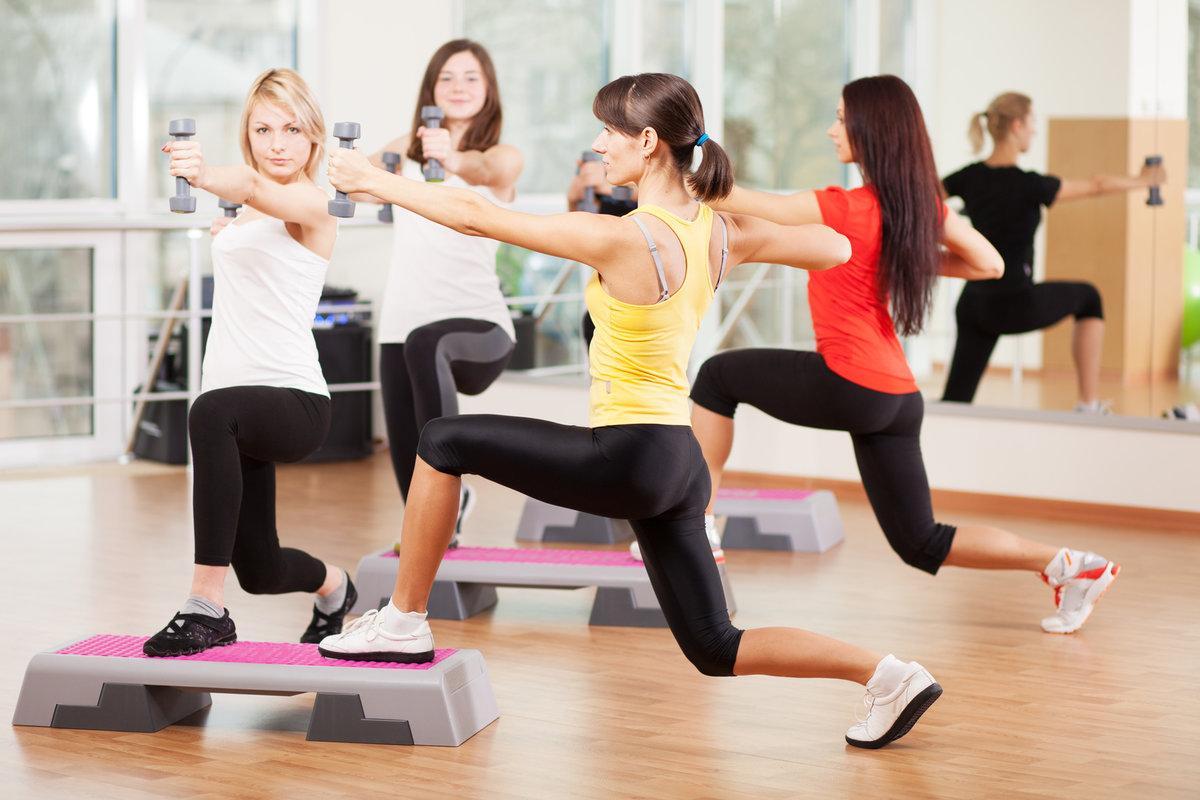Это очень подробная подборка всех направлений и видов групповых тренировок с описанием и анимацией: аэробика, силовые, танцевальные, балет, йога, пилатес