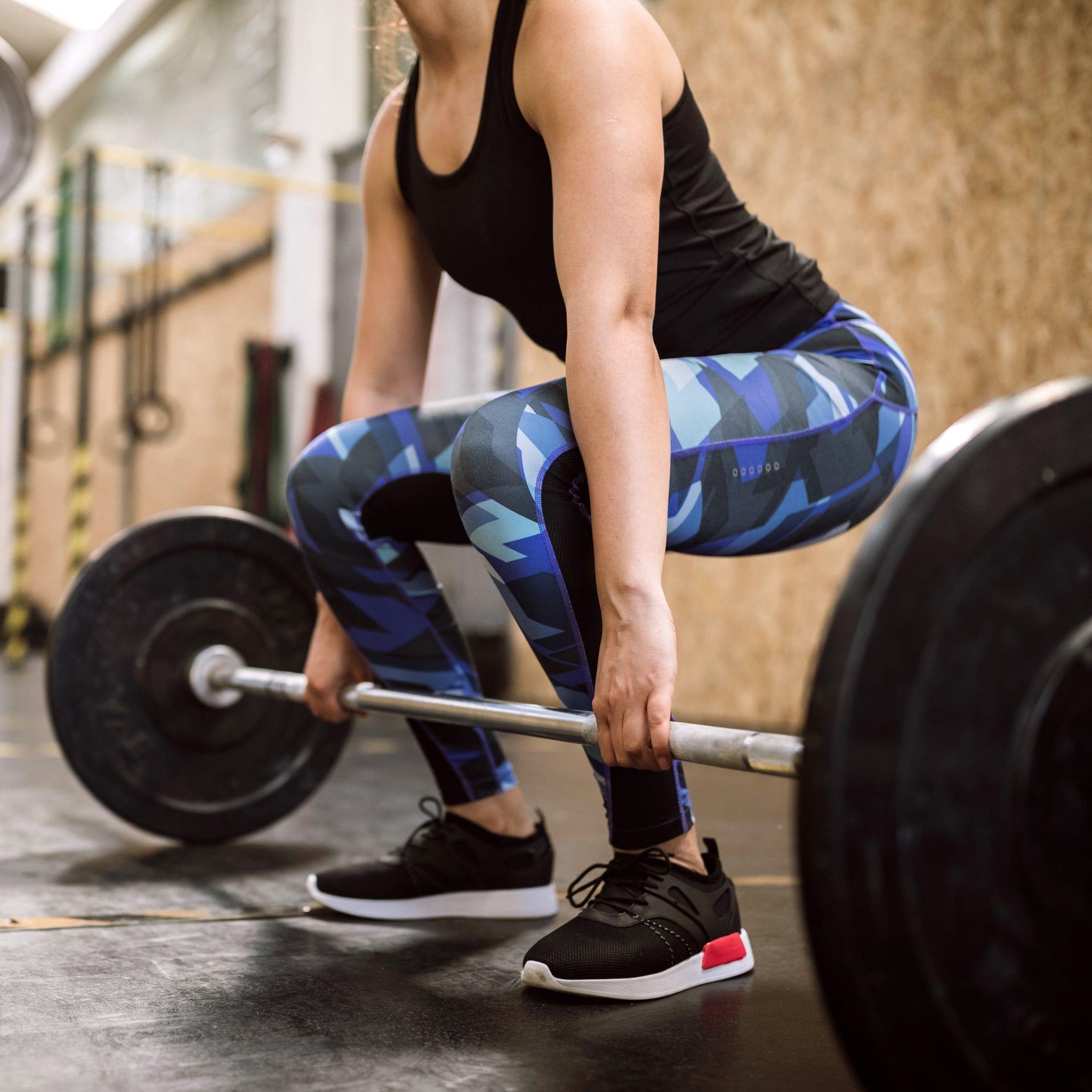 Приседания со штангой над головой задействуют огромный массив мышц и требуют хорошей гибкости и координации Назначение упражнения и правильная техника