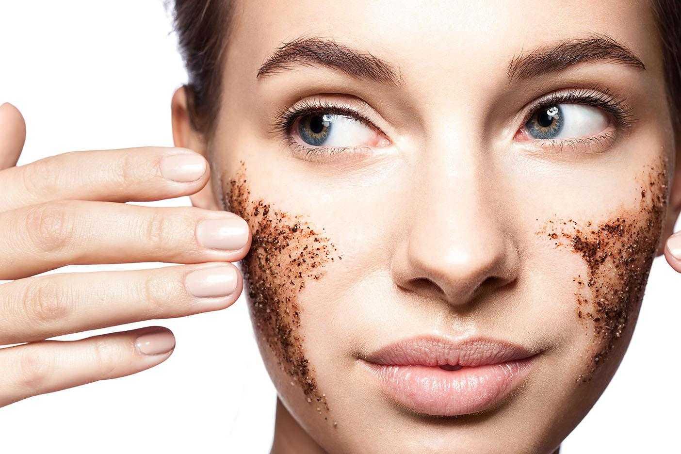 Привычные очищающие продукты (мыло, гель для душа и др) не всегда справляются со своей задачей на 100%, поэтому представительницы прекрасного пола часто прибегают к помощи скрабов для тела