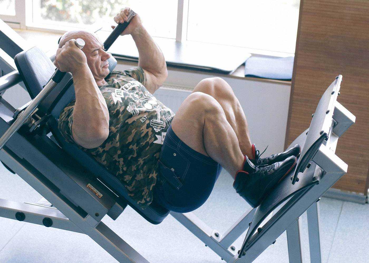 Обратные гакк приседания: видео и фото упражнения