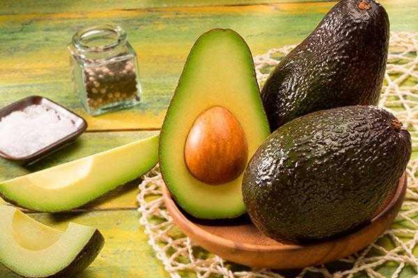 Как есть авокадо: кушать правильно в сыром виде и готовить в составе блюд, с чем сочетается, на что похож по вкусу, можно ли употреблять косточку?
