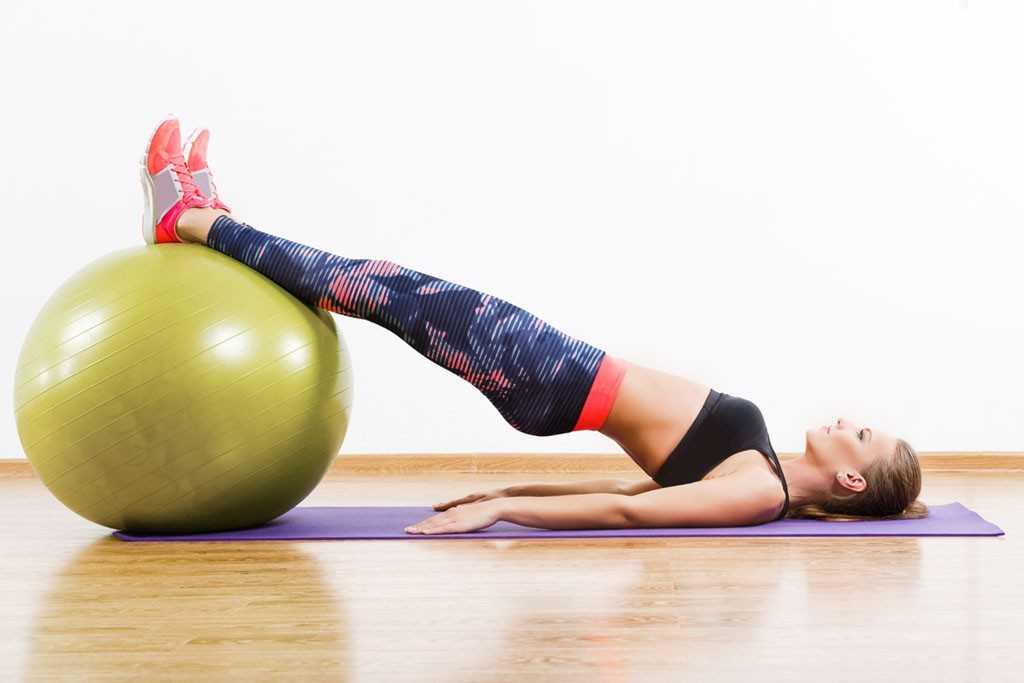 Лучшие упражнения для укрепления спины с фитболом против сутулости