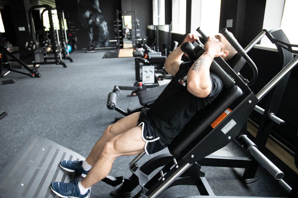 Обратные гакк приседания: техника выполнения, какие мышцы работают