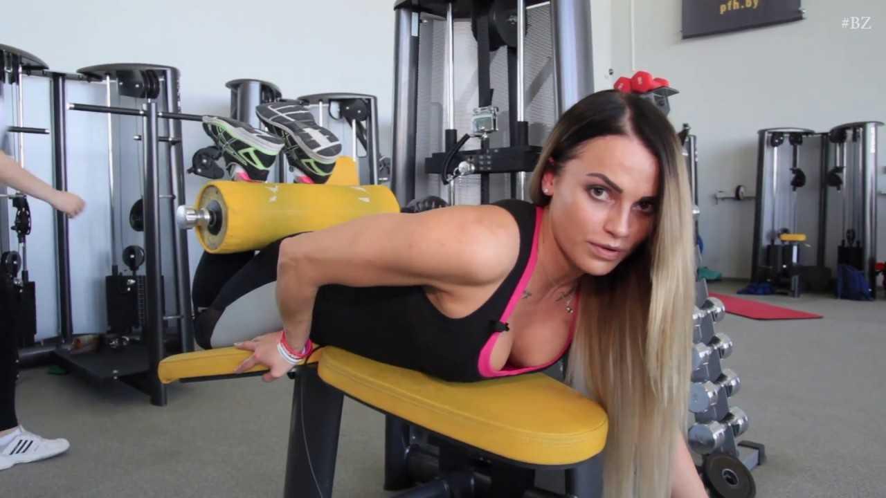 Упражнения для подтянутой попы от тренера по фитнес-бикини - лайфхакер