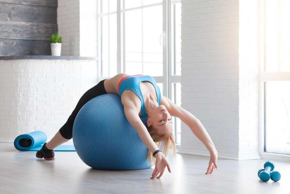 Упражнения с фитнес мячом для позвоночника видео