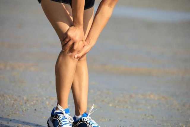 При приседании и вставании болят колени: в чем причина дискомфорта?