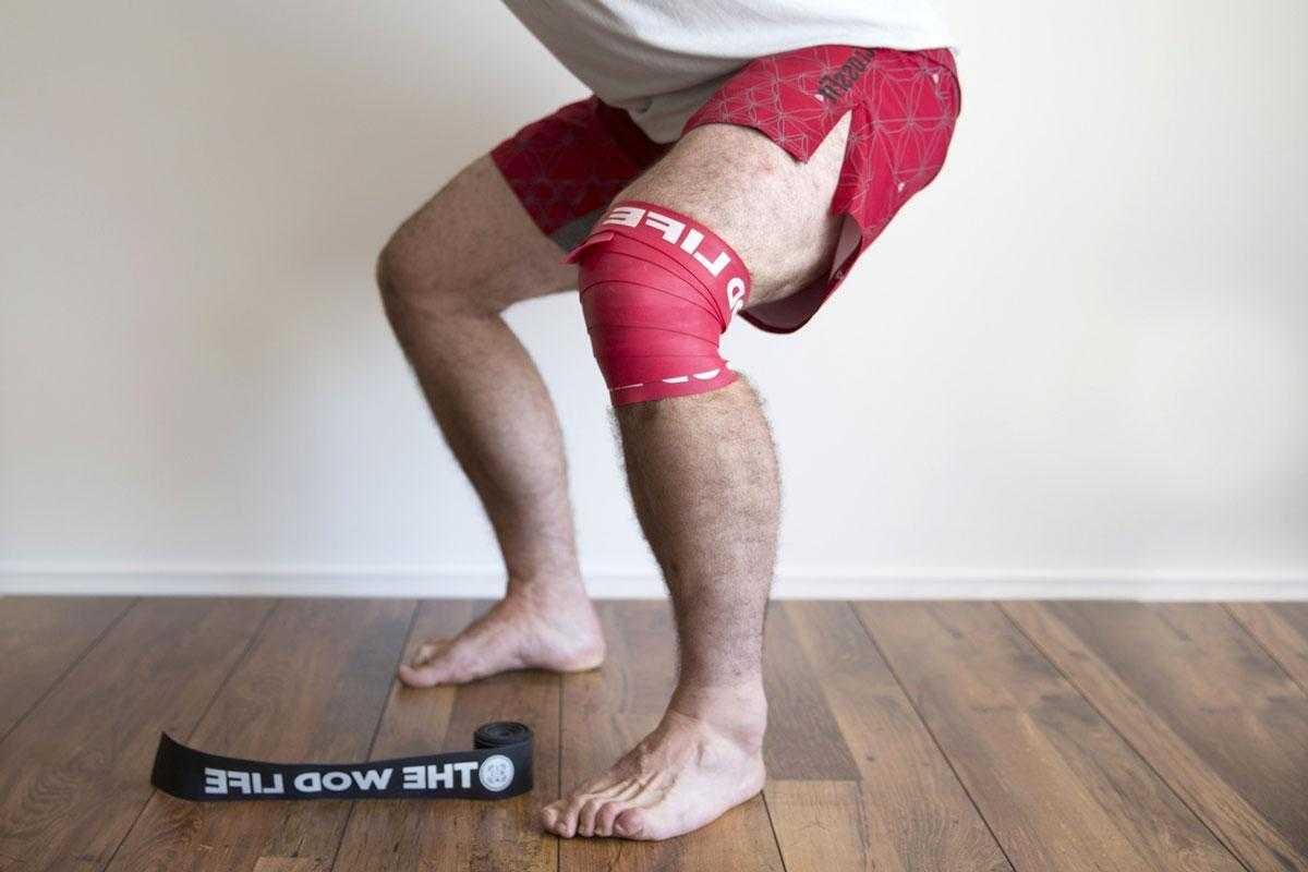 При приседании хрустят колени: причины и лечение