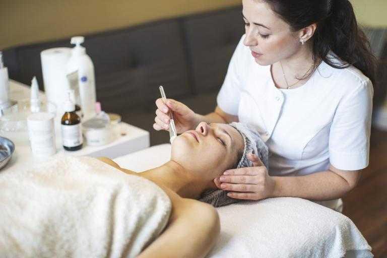 Омоложение лица в косметологической клинике – список процедур