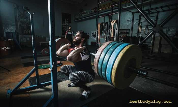 Кубинский жим и его упрощенная вариация под названием «пугало с гантелями» позволяют комплексно проработать мускулатуру плеч и связки Техника выполнения