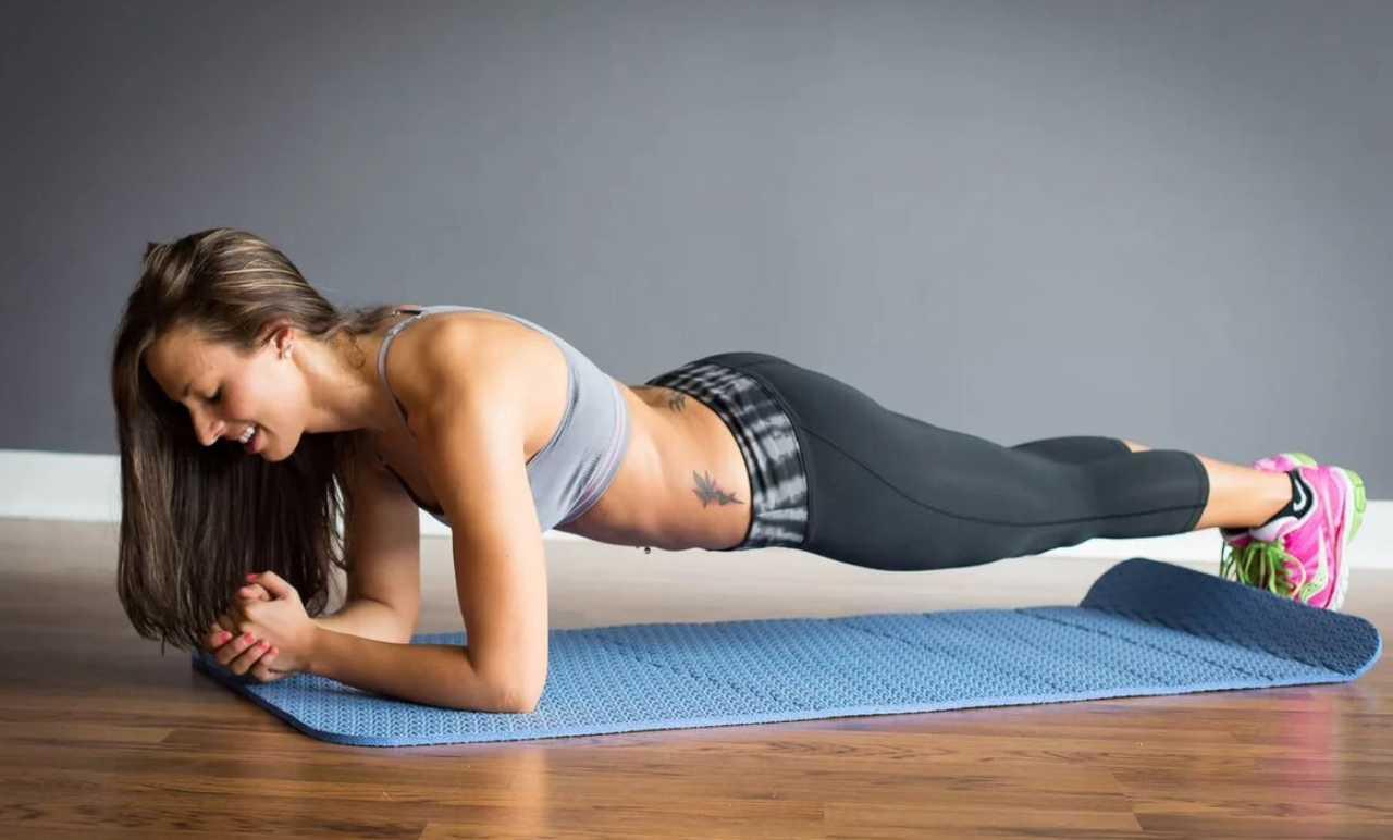 Топ-10 несложных упражнений для живота для начинающих (без планок и кардио)