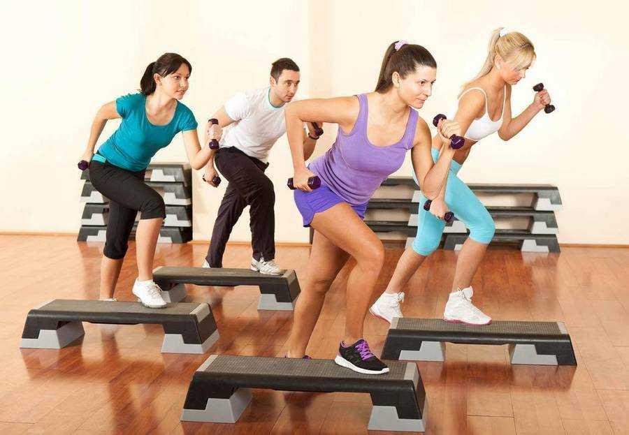 Узнайте особенности и преимущества занятий степ-аэробикой в домашних условиях для похудения Ознакомьтесь с необходимым инвентарем для степ-аэробики для начинающих