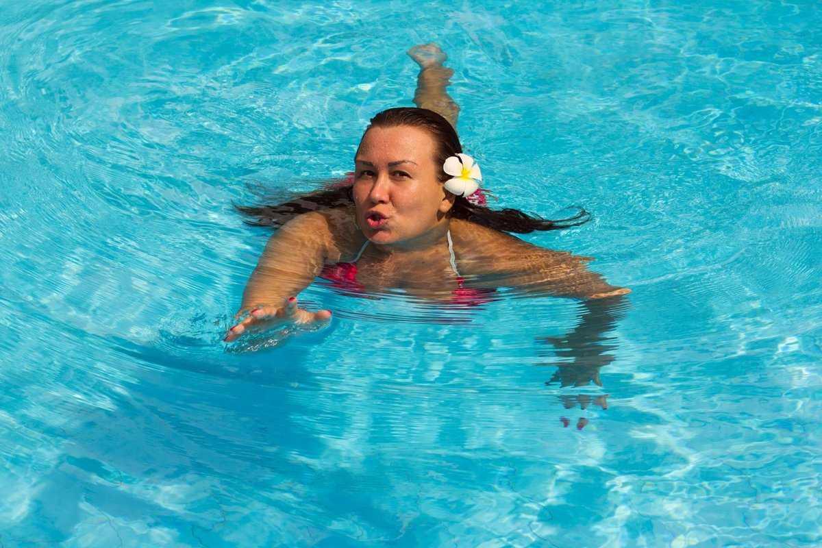 Помогает ли плавание похудеть: можно ли сбросить вес, плавая в бассейне и насколько это эффективно, каковы отзывы и результаты?