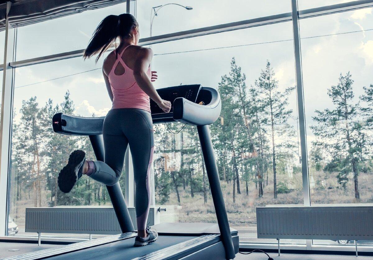 Как бюджетно заниматься спортом осенью и зимой, чтобы не ходить в спортзал