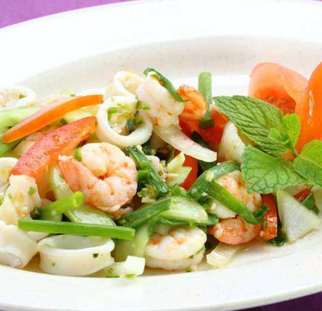 Салат с кальмарами и креветками. 11 самых вкусных рецептов