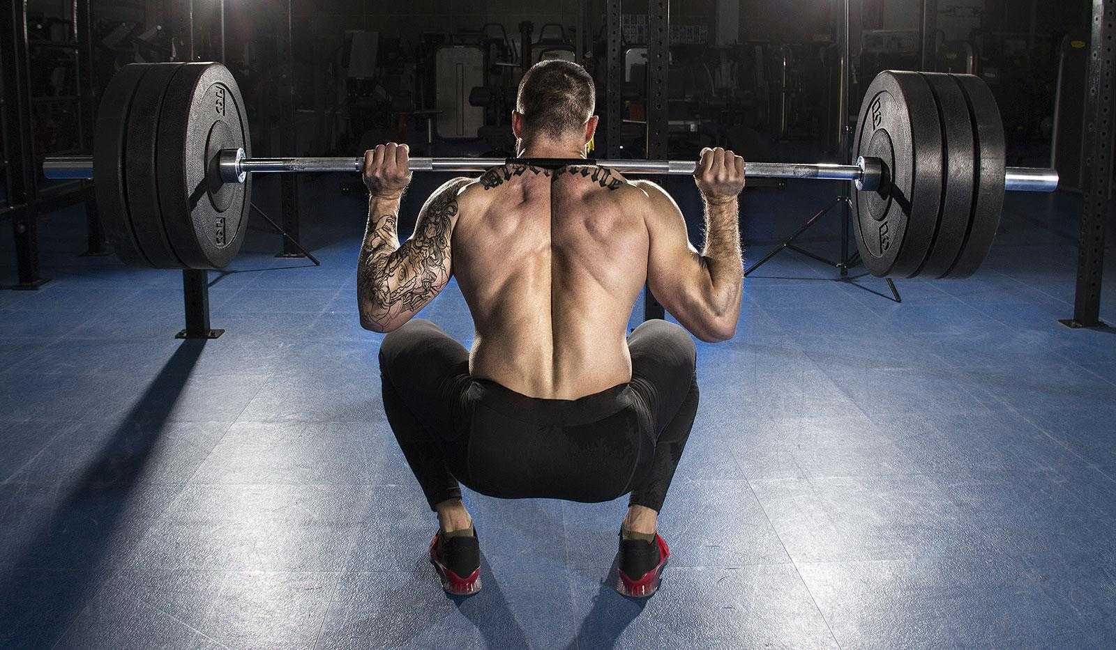Приседания со штангой над головой: техника выполнения и польза упражнения
