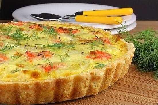 Пирог с начинкой из семги, риса и яиц из дрожжевого теста