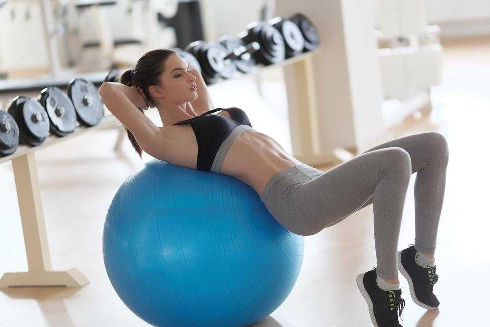 Комплекс упражнений на фитболе , которые крайне эффективны для похудения в домашних условиях для детей и взрослых