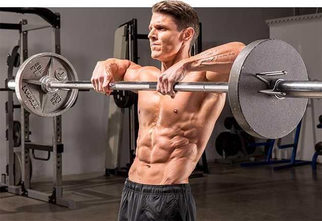 Тяга гантелей к подбородку позволяет получить рельефную объемную мускулатуру плеч, а также прокачать нижнюю часть трапеций Техника выполнения упражнения
